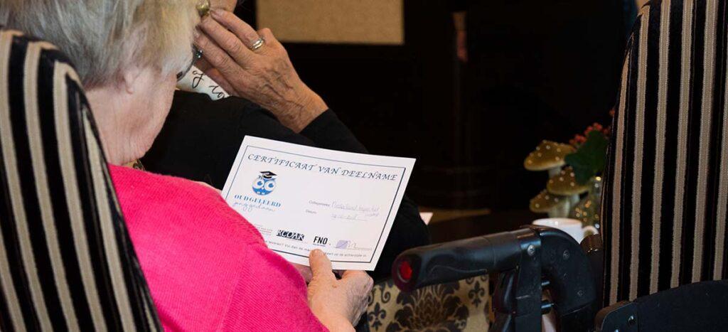 Deelneemster OGJG Dementie bekijkt haar deelname certificaat