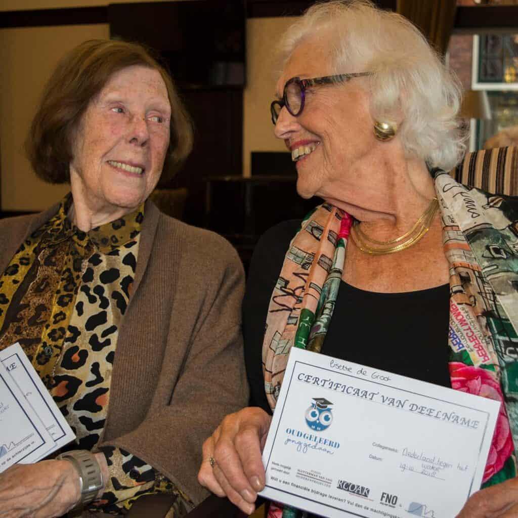 Deelnemers van een seniorencollege, met een certificaat