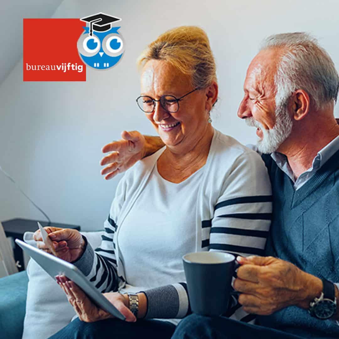 Senioren kijken op een tablet - blog Bureau Vijftig