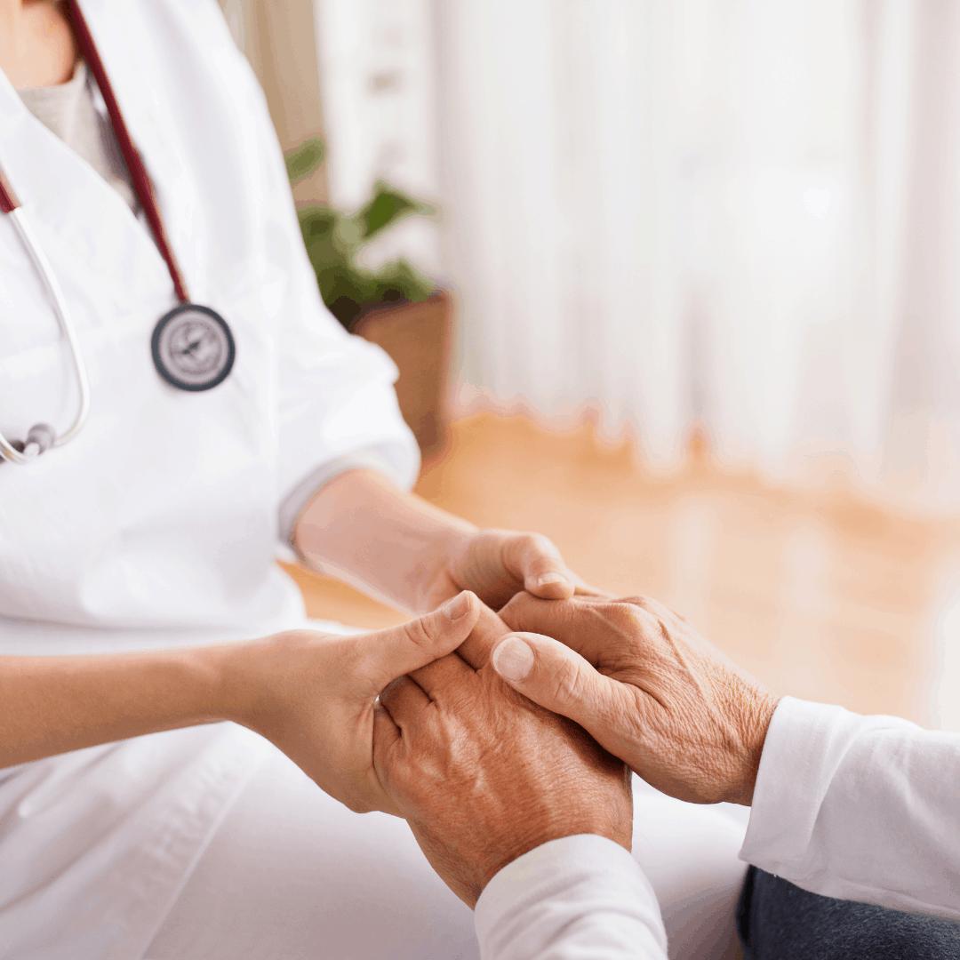 Een arts houdt de handen vast van een patient